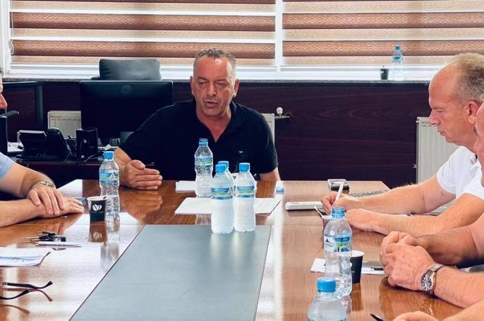 Kryetari i Deçanit siguron banorët për ujin duke e pirë vetë