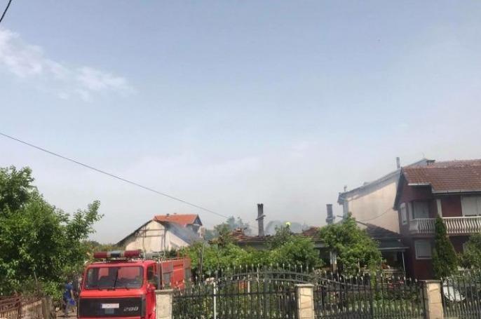 Zjarrfikësit lokalizojnë zjarrin që përfshiu disa shtëpi në Graçanicë
