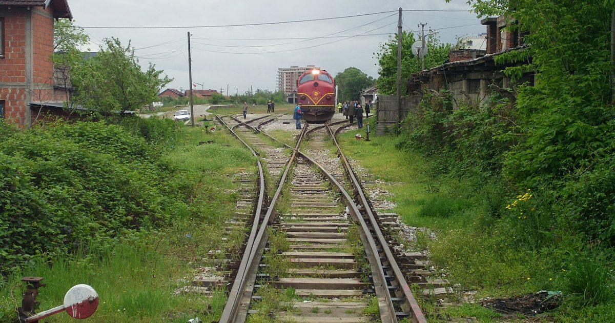 Treni godet një veturë në Pejë, lëndohen katër persona